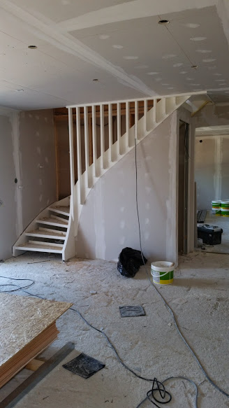 33. uppbyggnad av garderob under trappa