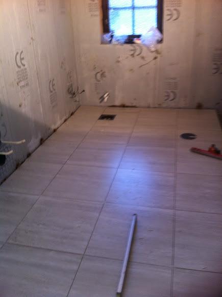 52 Stora plattor på golv med fall mot brunn