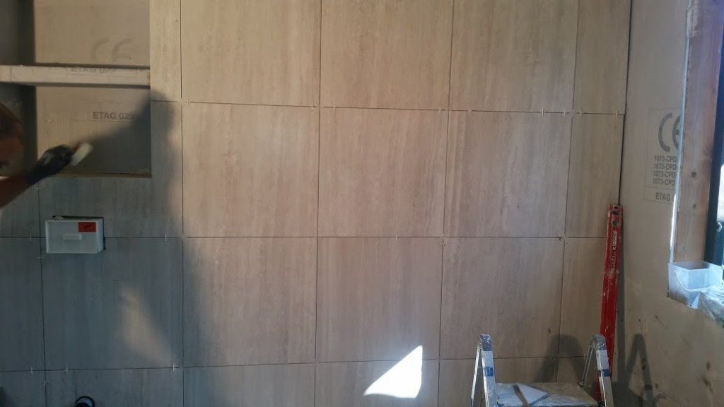 53 Plattsattning påbörjad på väggar